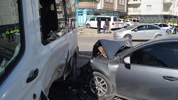 Son dakika... Öğrenci servisiyle otomobil çarpıştı! 7'si öğrenci 10 kişi yaralandı