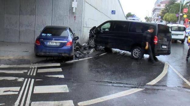 Bakırköy'de turist taşıyan minibüs kaza yaptı; 4 turist yaralandı
