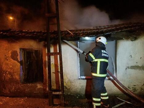 Edirne'de çıkan yangında, tek katlı ev kül oldu