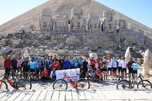 60 bisikletli Nemrut Dağı zirvesinde