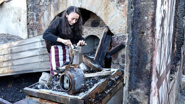 Ressam Gökçe Erhan, yanan evinde gözyaşıyla eşyalarını aradı