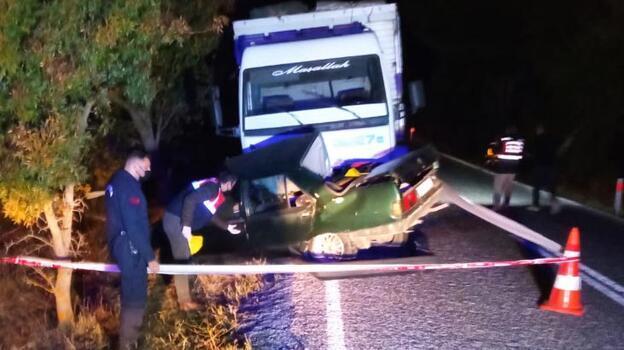İki kardeşin feci ölümü! Otomobil kamyonun altına girdi