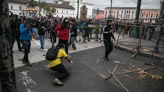 Ekvador'da sokaklar savaş alanına döndü