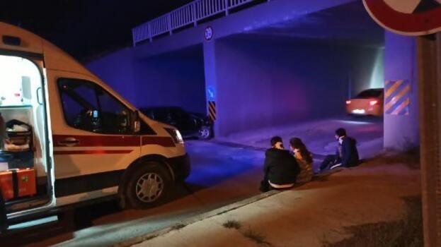 Otomobil, altgeçit ayağına çarptı: 4 yaralı