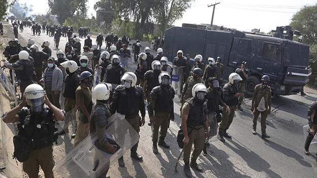 Pakistan'daki protestolarda 3 polis öldü