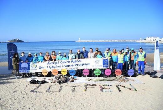 Kuşadası'nda sahilden 75 kilogram atık toplandı