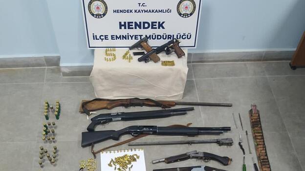 Eve yapılan baskında çok sayıda silah ve bıçak ele geçirildi