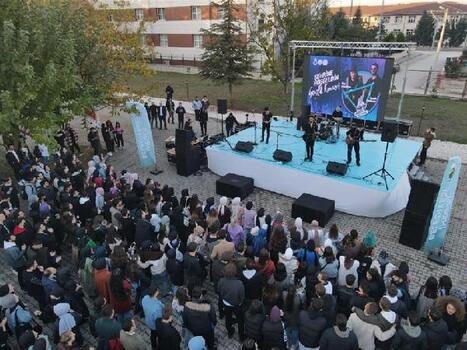 Üniversite öğrencileri 'Hoş Geldin' konseri ile eğlendi