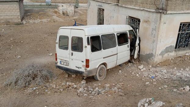 Son dakika... Tarım işçilerini taşıyan minibüs eve çarptı! Çok sayıda yaralı var