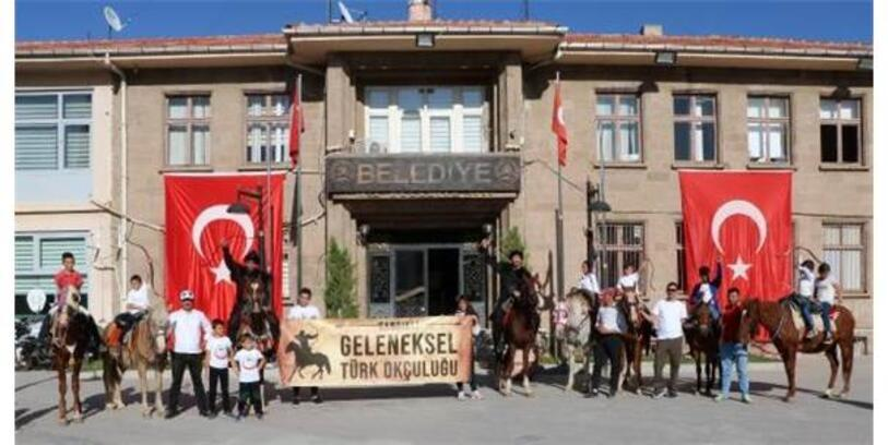Sandıklı'da At Üzerinde Ok Atışı Gösterisi