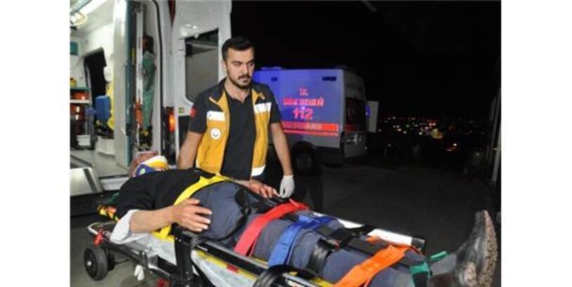 Tarlaya Devrilen Otomobilde 2 Kişi Yaralandı