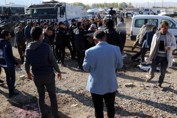 Van'da zabıta ekiplerine taş, sopa ve satırlı saldırı: 5 yaralı