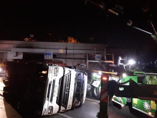 Tren yolundaki köprüye çarpan tır devrildi: 1 yaralı