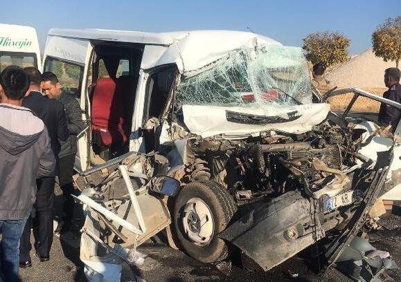Mardin'de öğrencileri taşıyan minibüs kamyona çarptı: 14 yaralı