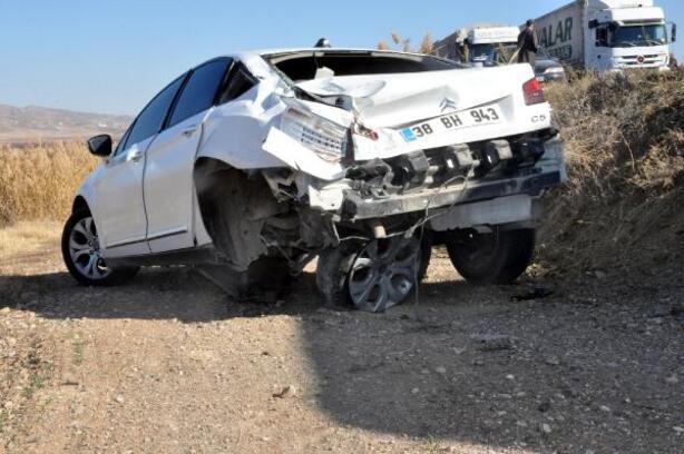 Kayseri'de TIR otomobile çarptı: 4 yaralı