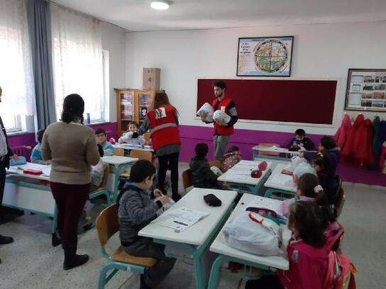 Kızılay Bursa Şubesi, Orhaneli'de öğrencilere yardım eli uzattı