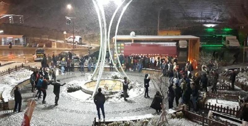 Gümüşhane'de kar altında horon keyfi