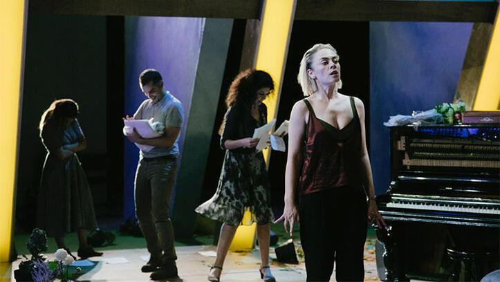 Demet Evgar Hedda Gabler ile sahnede