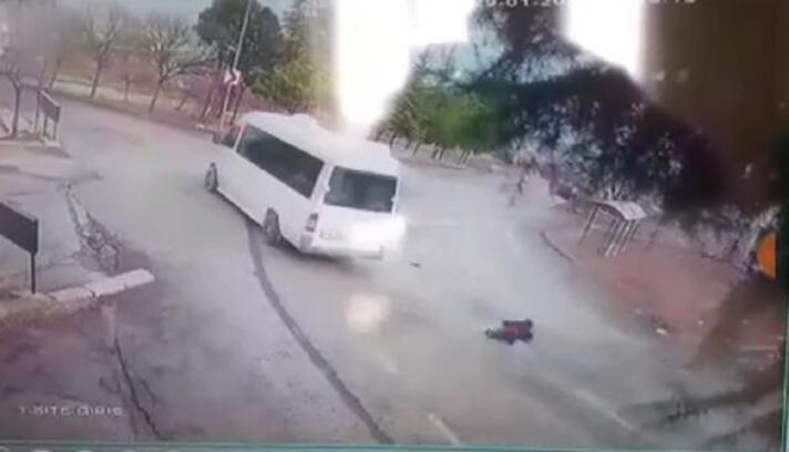 El freni tutmayan minibüs bahçeye girdi; panikleyen 2 kişi yola atladı