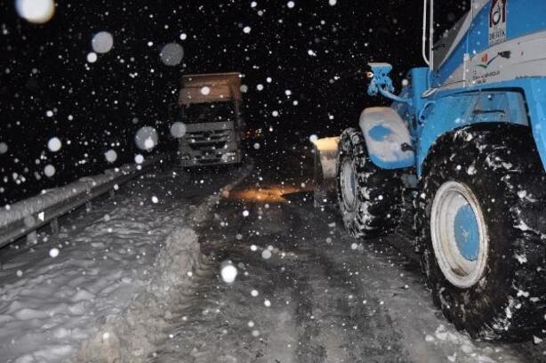 Derik'te karda mahsur kalanları belediye ekipleri kurtardı