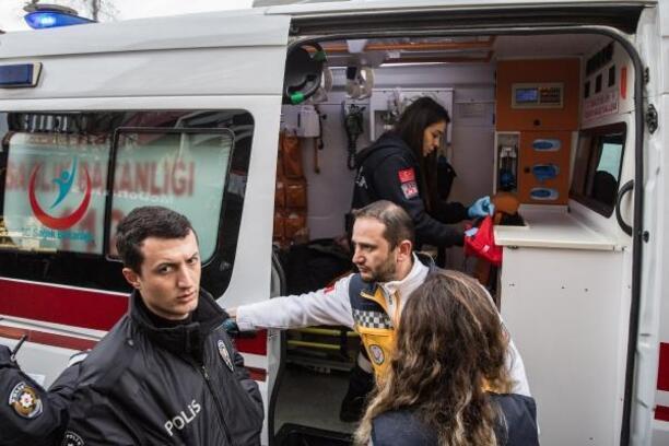 Beşiktaş'ta zabıtanın bıçaklı kavgaya süpürgeli müdahalesi kamerada