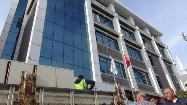Yıkımına karar verilen Avcılar Belediyesi binasında taşınma başladı