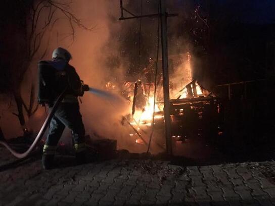 Bartın'da 2 katlı ahşap ev yandı, büyükbaşlar kurtarıldı