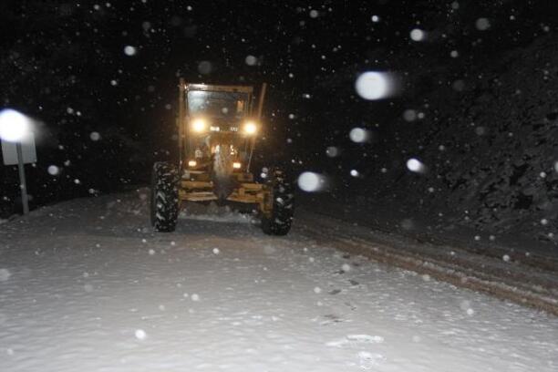 Kınık'ta 3 kırsal mahallenin kar nedeniyle kapanan yolu açıldı