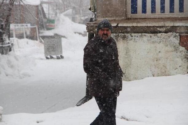 Karlıova'da kar esareti, 5 gündür çocuklar okula gidemiyor