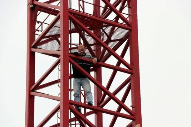 Kule vince çıkarak intihar kalkışan kişiyi polis ikna etti