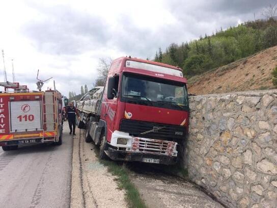 Freni patlayan TIRotomobile çarptı: 1 yaralı