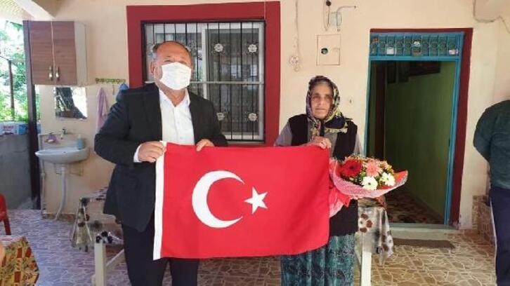 Başkan Tarhan, şehit annelerine çiçek verdi