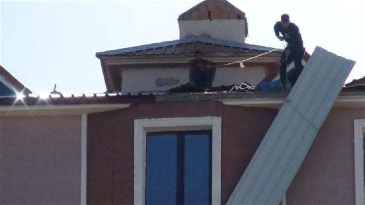 Kars'ta, işçilerin çatıda tehlikeli çalışması