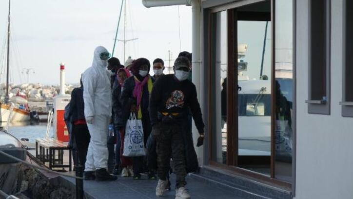 Sahil Güvenlik ekipleri, denizde sürüklenen 31 göçmeni kurtardı