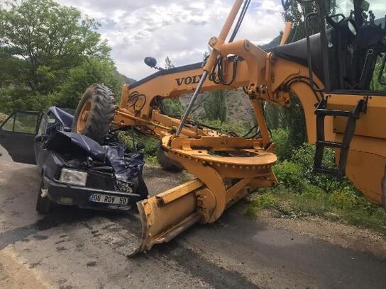 İş makinesinin ezdiği otomobilin sürücü öldü