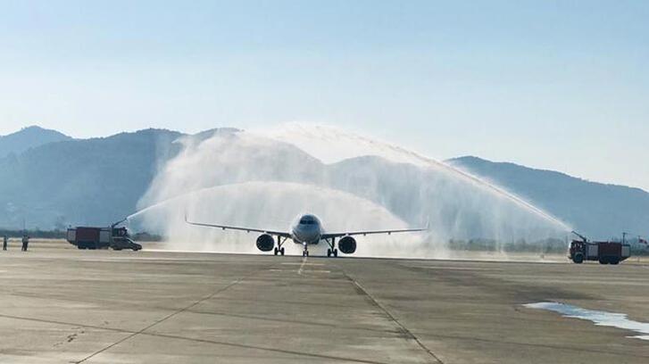 Dalaman'a inen ilk uçak! Böyle karşılandı
