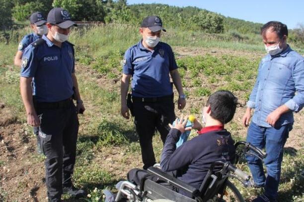 Polislerden, serebral palsi hastası Ekrem'e doğum günü sürprizi