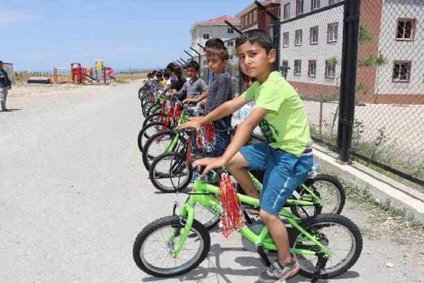 Babasız 42 çocuk bisiklet sevinci yaşadı