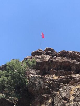 Dönüş yaptığı köyüne Türk bayrakları dikti
