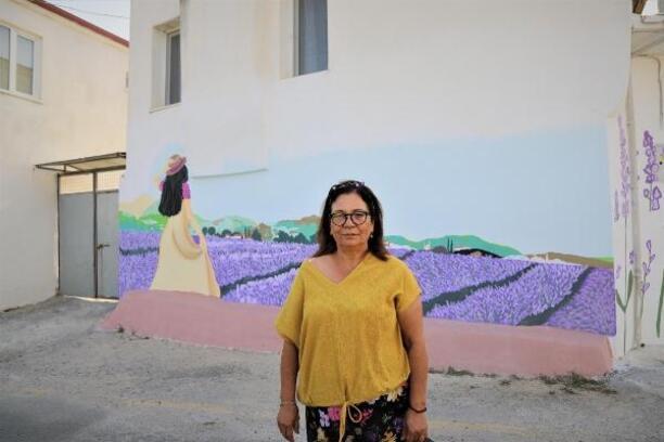 Ev ve sokak duvarlarını tanıtım için lavanta figürleri ile donattılar