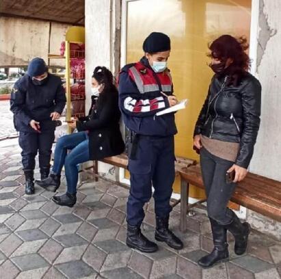 Kadın jandarma personeli kapı kapı dolaşıp KADES'i tanıttı