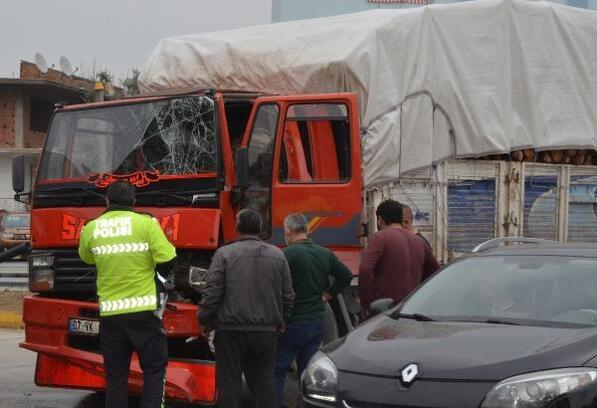 Odun yüklü kamyon TIR'a çarptı