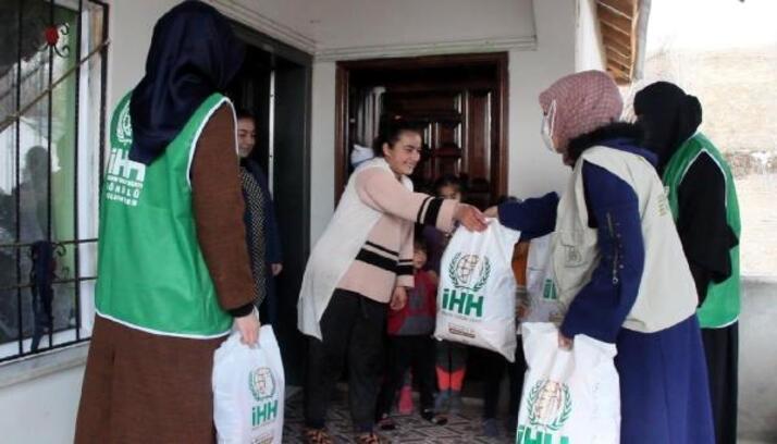 İHH, Erciş'te ihtiyaç sahibi 400 yetim çocuğu giydirdi