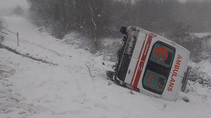 İstanbul'da ambulans devrildi! Faciadan dönüldü
