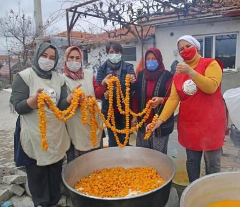 KORKOOP kadınları parklardaki ağaçtan toplanan turunçtan reçel üretiyor
