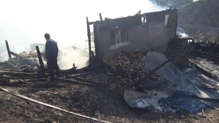 Tek katlı ev, yangında küle döndü