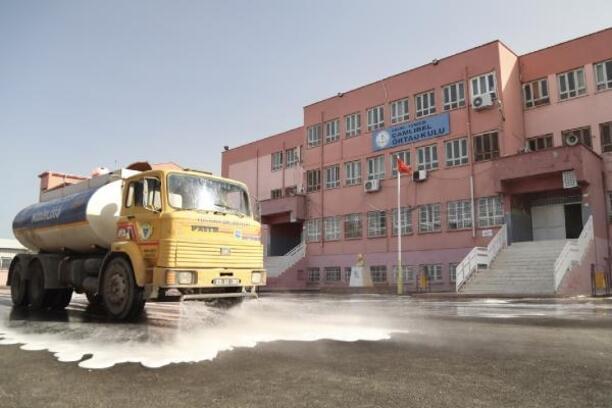 Yüreğir'deki okullar yüz yüze eğitim için dezenfekte ediliyor