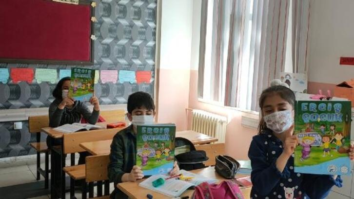 Kütüphane haftası nedeniyle öğrencilere dergi dağıtıldı