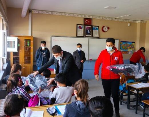 Gürpınar'da Kızılay ve kaymakamlık öğrencilere kırtasiye yardımında bulundu