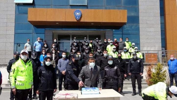 Erciş Kaymakam Mehmetbeyoğlu, pasta keserek polis haftasını kutladı
